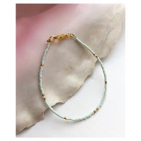 Perlearmbånd af miyuki perler Guld (24k) og mint/pastel grønne perler  Lås: messing Mål: justerbart 17-18,5cm 💌💵 Prisen er inkl Porto som almindeligt brev med postnord  🍁 køb flere smykker og få 10kr rabat pr ekstra smykke🍁