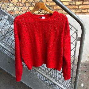 Halløj!  Jeg sælger denne her fine sweater, da jeg desværre ikke passer den længere. Den er brugt, men i ganske fin stand.