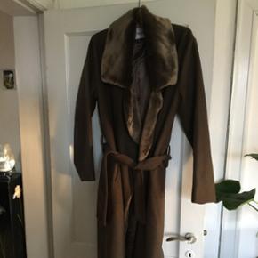 Armygrøn uldfrakke med pelskrave fra Han Kjøbenhavn. Den er str xl, men er ret fleksibel, da den har bælte i livet. Mega fed og vild frakke, som sælges til en rigtig god pris. Nypris 5500,-