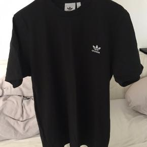 Adidas t-shirt  Brugt 2-3 gange Str. L Nypris 280kr Giver mængde rabat