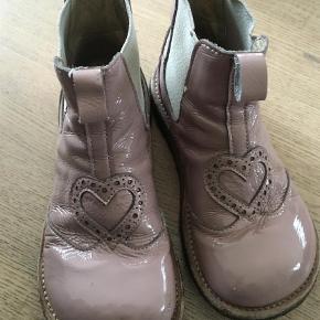 Lækre støvletter / støvler fra AngulusDe er ikke brugt ret meget og er i rigtig fin stand. Har en rids i lakken på den ene i siden.  300 pp  Støvletter Farve: Rosa Oprindelig købspris: 800 kr.