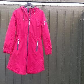 Pæn frakke der er super god til det danske vejr. Kan tåle vand samtidig med at den er foret. Mærket er Etage og er lidt stor i størrelsen.
