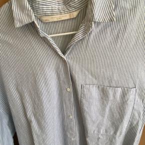 Sød, lang skjorte fra Zara. Den er ikke blevet brugt specielt mange gange og er derfor i god stand. Størrelse M.