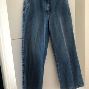 Skøn jeans, desværre købt for lille. Derfor kun brugt 2 gange og aldrig vasket.