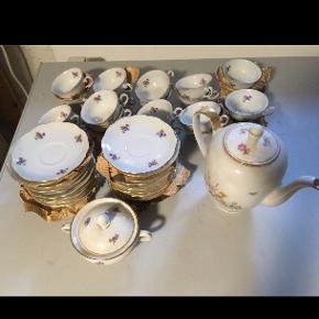 Wawel english garden tea sæt: 24 små kopper, 24 undertallerkner, sukkerskål og kaffekande.   Kom gerne med et bud.