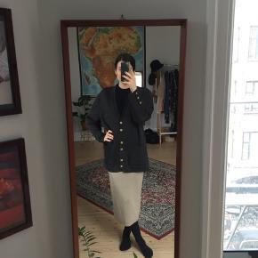Vintage grå cardigan i 100% uld. God kvalitet og dejlig varm. Lidt slid ved ærmerne (se billeder)
