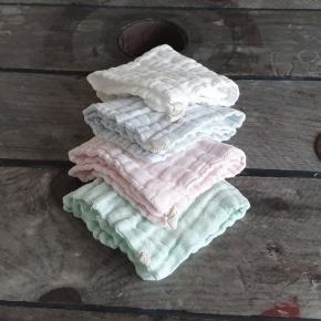 MUSTHAVES TIL BABY Lækre bløde stofbleer med lille strop, perfekt som nusseklud eller savleklud. 100% bomuld, 25×25 cm  1 stk. 13,00 3 stk 35,- Hvid, Lyseblå, Lyserød, Grøn