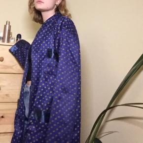 Fin kimono agtig kåbe, til at chille i eller flexe i byen. Der var et bælte men kan ikke finde det, hvis man er interesseret så skriv, så finder jeg det. Oversize passende til en small/medium en ekstra small vil den blive for stor på.