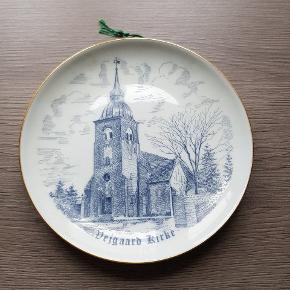 B&G platte med Vejgaard Kirke. Den er i rigtig pæn stand, er uden revner og skår. Den er fra røg og dyre fri hjem. Den kan afhentes i 6700, eller sendes hvis porto bliver betalt.