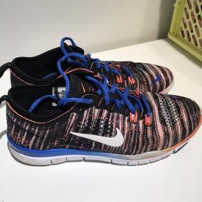 Lækre Nike Free Tri Fit 4 i str 40. Jeg er dog en almindelig 39, og passer dem perfekt. De måler 25,5 cm, og er en UK 6. De er stort set som nye, dog en smule affarvning på snuderne.