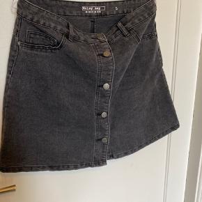 Grå/sort/forvasket sort  Egentlig str large, men lille i størrelsen.  Kun brugt få gange.