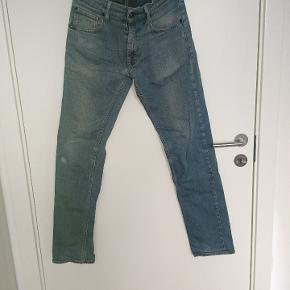 Str 30/32 Mærket bagpå er gået i stykker pga et bælte(se billeder) men det betyder intet for selve bukserne og kan ikke ses hvis man har bælte på. Ellers er bukserne som nye.