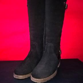 Mega lækker støvler fra Tommy Hilfiger. Meget komfortabel, perfekt til efterår og vinter.