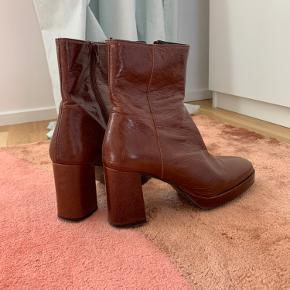 Fede støvler med plateau fra Shoe Biz i ægte brun læder - rigtig behagelig at have på! Brugt et par gange, men det ses ikke på selve støvlen ❤️
