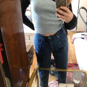 Vintage fendi jeans ☁️ måler omkring 75 cm i livet og 92 cm fra livet til enden af buksebenet. Jeg er 159, de skal være lidt stumpede 🎀