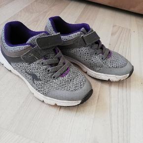 Fine sko brugt en uge i sommerferien af bonus barnet, så de er stadig forholdvis nye og uden fod mærker i sålerne.