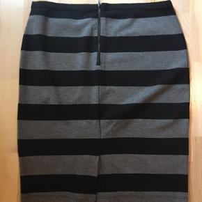 Smuk stribet nederdel   Skal flytte og sælger derfor billigt ud  - mængderabat gives 👍🏻☺️