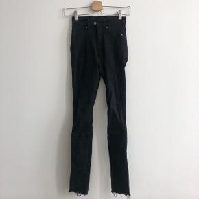 Sorte Dr Denim jeans i str. XS. De er ikke brugt særlig meget og farven er derfor stadig rigtig flot. De er klippet af forneden for at give et mere råt look, deraf også den billige pris. BYD !
