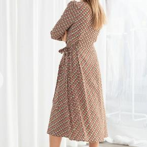 Fan print wrap dress fra &otherstories str.40