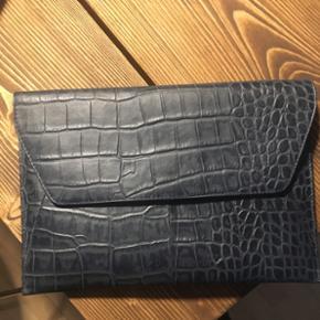 Mørkeblå mappe/ taske. Kan bruges som mappe til papirer eller som computer cover , dog mindre end 13'Fra mærket aura  #blackfriday kun 75 kr i dag!