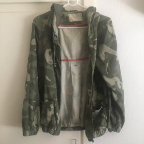 """Sælger denne millitær """" jakke """" i str M fra Only. Den er brugt, men ingen slidmærker. 40,-"""