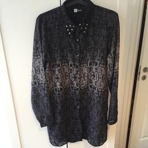 Lækker og speciel lang skjorte fra Ofelia i sort/gråblå nuancer. Mange fine detaljer fx nitter og forskelligeknapper. Let transparent. Str. M. Sender gerne ⭐️