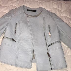8d777271 Jeg sælger min lyseblå læder jakke i størrelse 34. Jakken er i perfekt  stand,