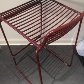 HAY low barstol i bordeaux rød sælges pga flytning! Fejler intet! Ca 65cm fra bund til sæde