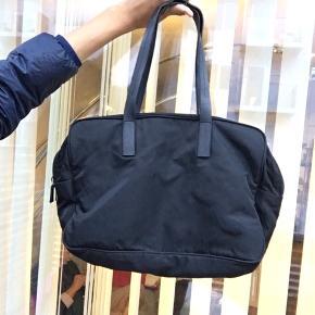Prada nylon taske i super god stand Kan sagtens rumme en Macbook
