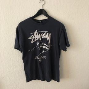 Super fed vintage Stussy tshirt. Logoet er godt slidt men den har stadig masser af liv i sig.. 😍 prisen er ekslusiv fragt og jeg sender kun. Bud er velkommen.