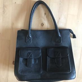 Taske i læder med god plads indeni sælges.