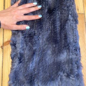 Halsedisse / halstørklæde i kaninpels fra Levinsky. Flot mørkegrå farve. Strikket pels. Varmt og blødt. Køber betaler forsendelse :)