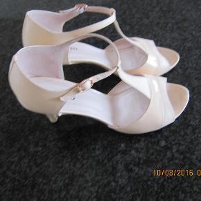 4e8d92469a5 Varetype: højhælet sandal Farve: nude/svag lyserød Oprindelig købspris:  2350 kr. Repetto Heels