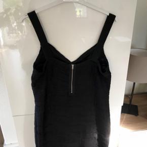 Sort kjole fra ONLY  • Str. L • Elastik, og kan lynes bagpå • Sort, men sort mønster  • Brugt, men i rigtig god stand • Nypris 469,95kr