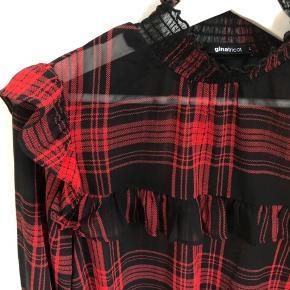 Fineste lette skjorte med tern, flæs og rynk fra Gina Tricot. Str er 36, og passes fint af både s og m. Ikke brugt, ikke vasket, men mærket er taget af.