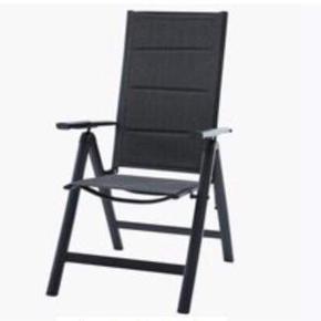Et bord med 4 tilhørende stole sælges til en samlet pris på 1200 kr. (Nypris i alt 3050 kr). Er blevet brugt sommeren 2018 og har stået inde vinteren over.