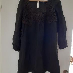 Fin kjole i chiffon med broderier fra Designers Remix. Fin med bælte i taljen :) Vasket i hånden og fremstår i pæn, brugt stand :)