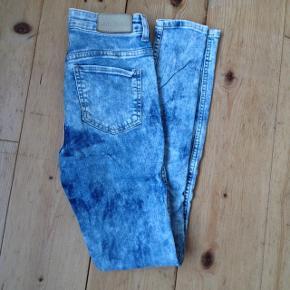 Jeans fra monki. Str w26.De er helt unikke, da jeg selv har bleget dem lyse ;)  - byd gerne  - giver mængderabat, så tag gerne et ekstra kig i min butik ;)