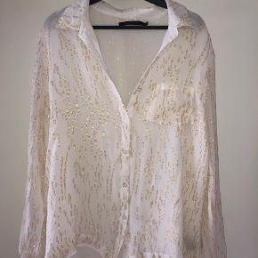 Vildt fin glimmerskjorte fra Gestuz. Str 40, men brugt som oversize af mig