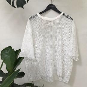 Oversized hvid mesh t shirt fra Weekday  Den var lang da jeg købte den, men jeg har selv croppet den til omkring hofterne