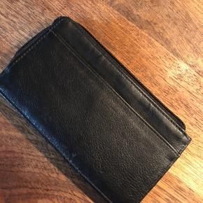 Super anvendelig kortpung med  møntrum og strop til bæltet. Kan også bare bruges i lommen.