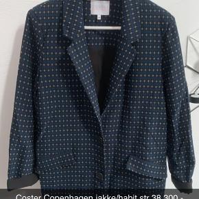 Mega flot habit/jakke fra Coster Copenhagen med stræk i.. Sidder super flot på, brugt få gange og fejler ingenting.. Den er fra ikke rygerhjem!