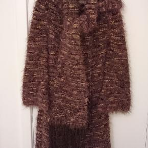 Lilla strikket tørklæde med frynset. Har lang cardigan til salg i samme strik. 140 kr inkl. porto