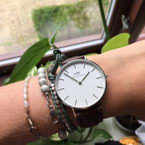 Fik dette DW ur i konfi gave i 2016. Har dog sket ikke brugt det, har derfor besluttet at sælge det Køber betaler fragt