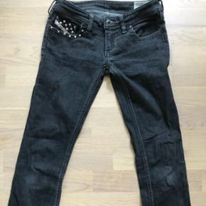 Super fede nitte jeans fra Diesel i grå sort str 25😉Rigtig cool med nitter ved lommen og bagpå.
