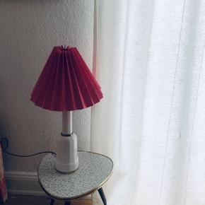 Smuk mellemstor Heiberglampe. Lyserød plisseret skærm følger med✨