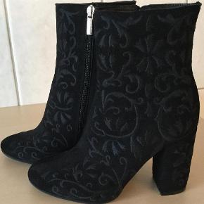 Varetype: Støvler Farve: Sort Oprindelig købspris: 2899 kr.   Vidunderlige støvler fra Apair, brugt 2-3 gange, så er helt som nye. Skindbeklædt hæl på 9,5 cm, sendes i tilhørende æske og med dustbag! Sender gerne flere billeder