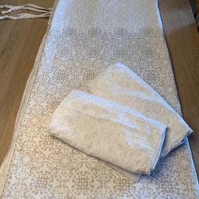 Sengetøj til dobbeltdyne 200 x 190 samt 2x pudebetræk Som stort set ikke er brugt   Lukning: bindebånd   Materiale: 75% Bomuld + 25% Polyester. Det er dejligt blødt   Sælges for kr 150,00 incl forsendelse  Betaling: Mobilepay eller TS
