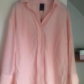 Brand: Luxzuz onetwo Varetype: Bluse Størrelse: 44 Farve: ICE pink Oprindelig købspris: 450 kr.  Super flot bluse i en skøn forårsfarve, lavet af 45% modal og 55% polyester, brystvidden er ca 2x 57 cm, sender gerne med DAO