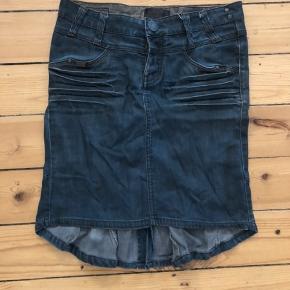 Lækker jeans nederdel fra Nümph med fine detaljer. Figursyet og lidt længere bagpå.   Kan sendes eller afhentes i Rødovre.